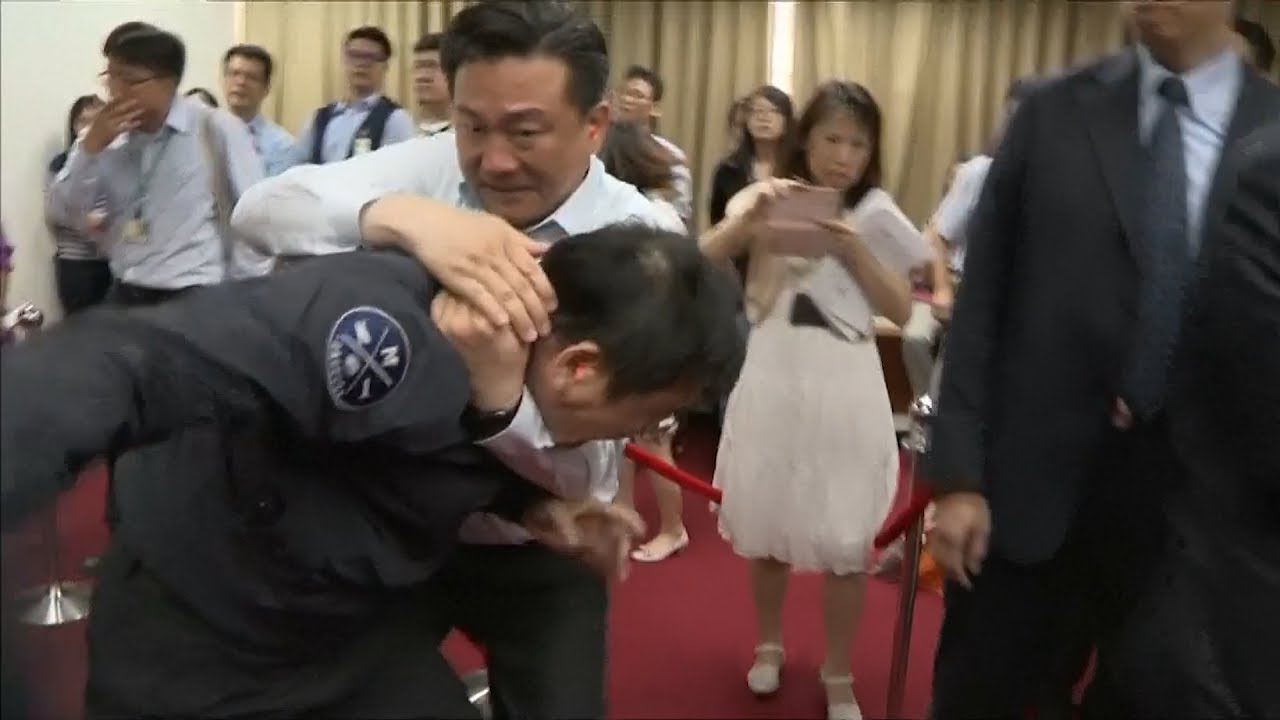 taiwan-parliament-fights-continue