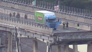 Video Genova, crollo ponte Morandi: la rimozione del camion simbolo del disastro download MP3, 3GP, MP4, WEBM, AVI, FLV November 2018