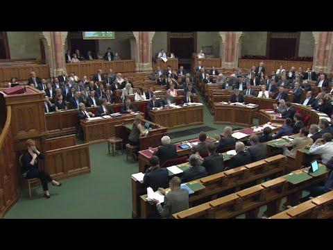 Hungria adota lei que pune ajuda a migrantes