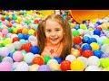 Ксюша на детской площадке показывает правила поведения для детей. Pretend Play playground