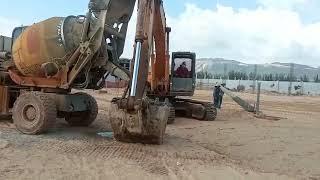 Xe trộn bê tông thông minh kết hợp với máy xúc đào giúp đổ bê tông