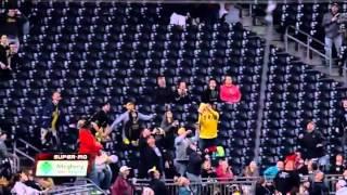 Видео как чел ловит бейсбольный мяч в коробку с попкорна.