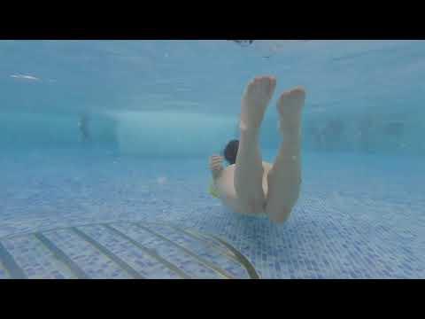女性スイマーの泳ぎを後ろから撮影