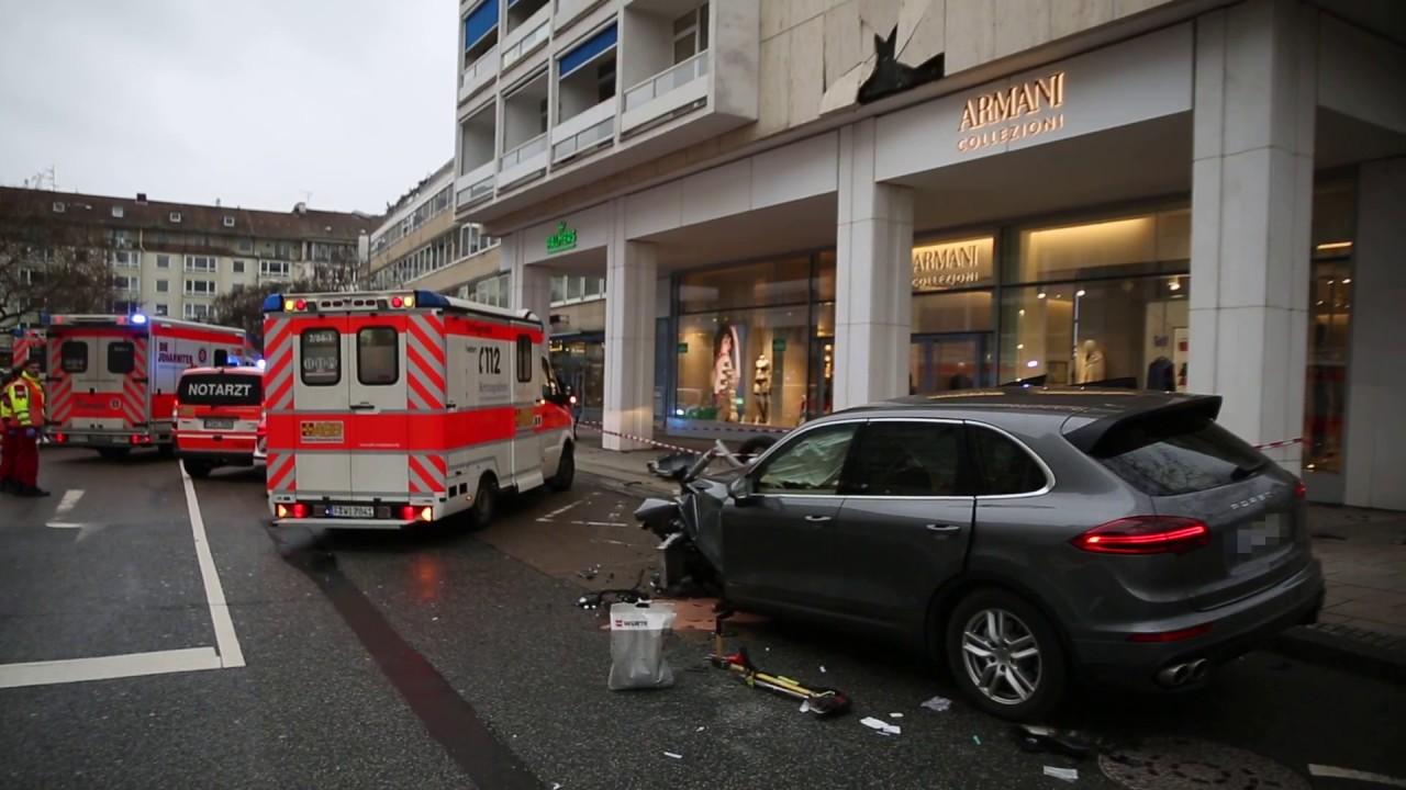 Trümmerfeld in der Wiesbadener Innenstadt – Porsche kracht gegen sieben Fahrzeuge und Laterne