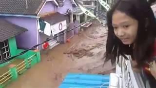 Download Video Detik Detik Kepanikan Banjir Kec Singojuruh Banyuwangi (22 Juni 2018) MP3 3GP MP4