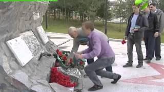 В Ноябрьске отдали дань памяти погибшим в Омске десантникам(В Ноябрьске почтили память погибших при обрушении казармы учебного центра ВДВ в Омске. Около сорока челове..., 2015-07-14T15:30:44.000Z)