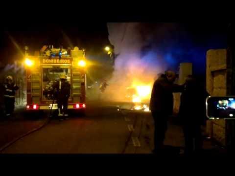 Vídeo del coche incendiado en Cambados