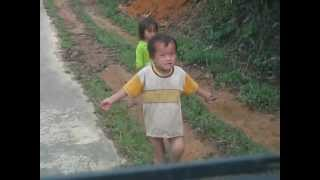 Phát bánh kẹo cho trẻ em dọc đường vào nhà thờ Đạ Tông (Sr.Mậu).AVI