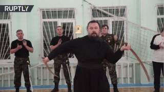 Este sacerdote ortodoxo maneja la espada divinamente