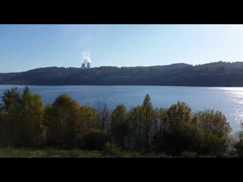 El lago de Meirama, con la central al fondo