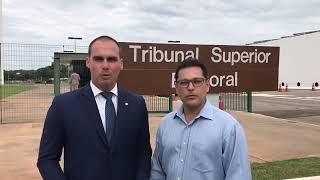 Eduardo Bolsonaro e Juiz Eduardo Cubas acompanham testes sobre urnas eletrônicas