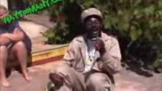 Gruppenführer raucht sein joint und schiebt lachflash