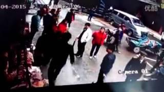 城管抢摔商户货物被监控拍下 场面犹如鬼子进村