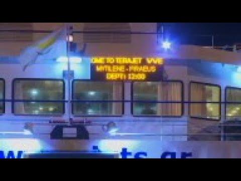 Boat carrying Lesbos migrants arrives at Piraeus