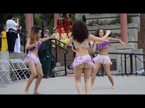 Las tres muchachas de Bernarda bailando merengue