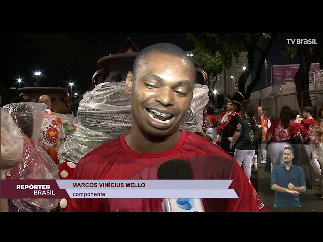 Público enfrenta chuva para ver desfiles das escolas de samba do Rio