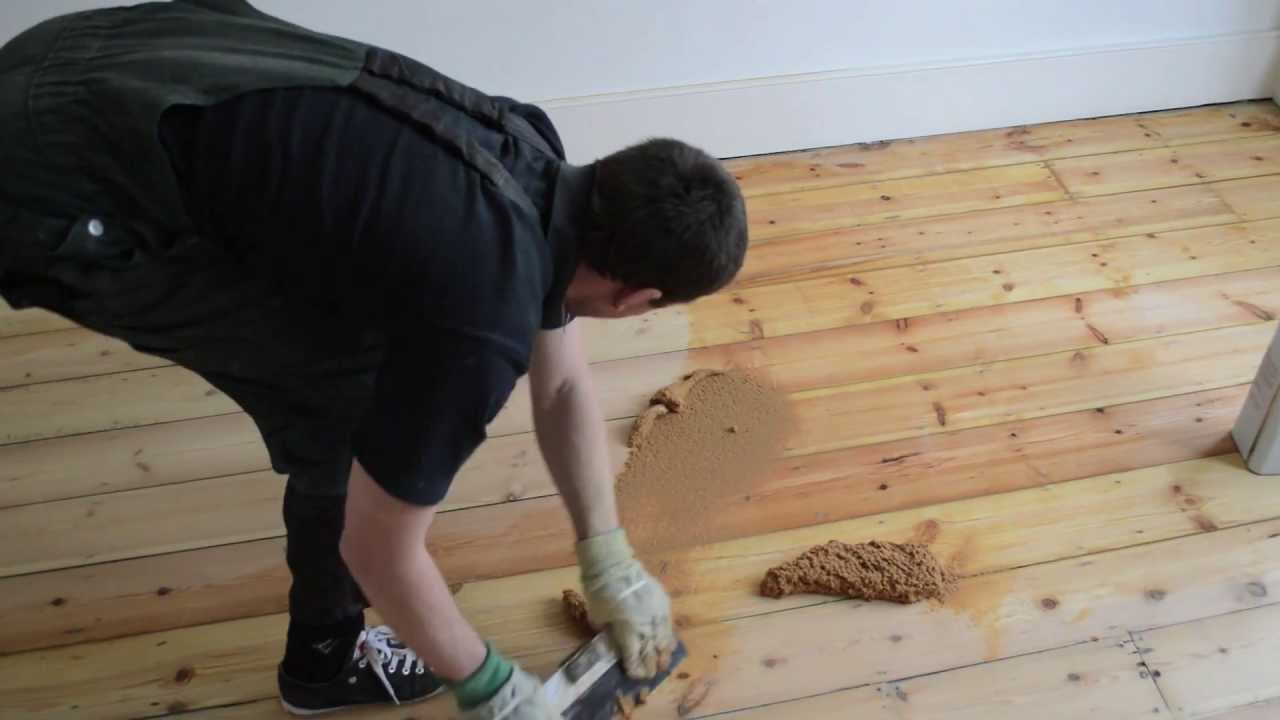 Gap filling wooden pine floor with filler and sawdust mix ...