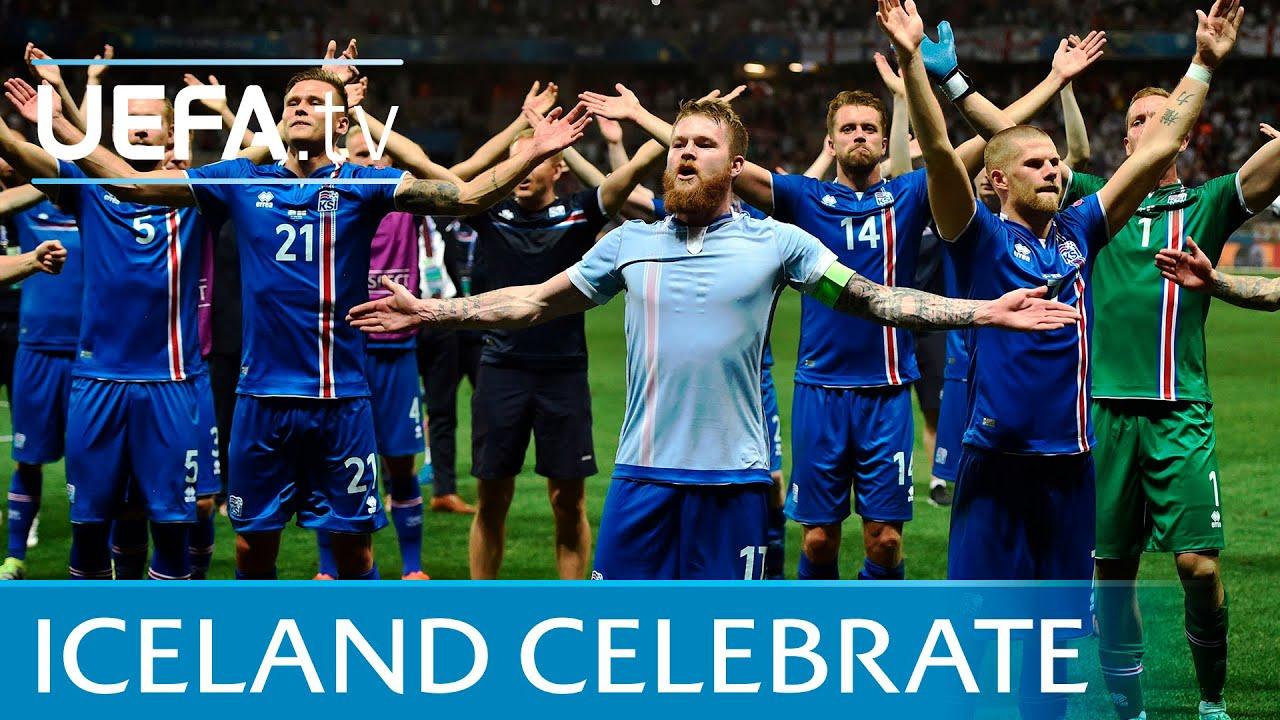 Piłkarze Islandii świętują ze swoimi kibicami w niekonwencjonalny sposób