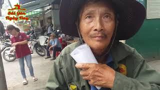 """Việt Kiều bất ngờ khi nghe tâm sự của """"người NGHÈO rộng rãi"""""""