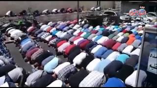 أخبار اليوم | الصلاة في مداخل القدس بعد تطويق المدينة بالحواجز الحديدية