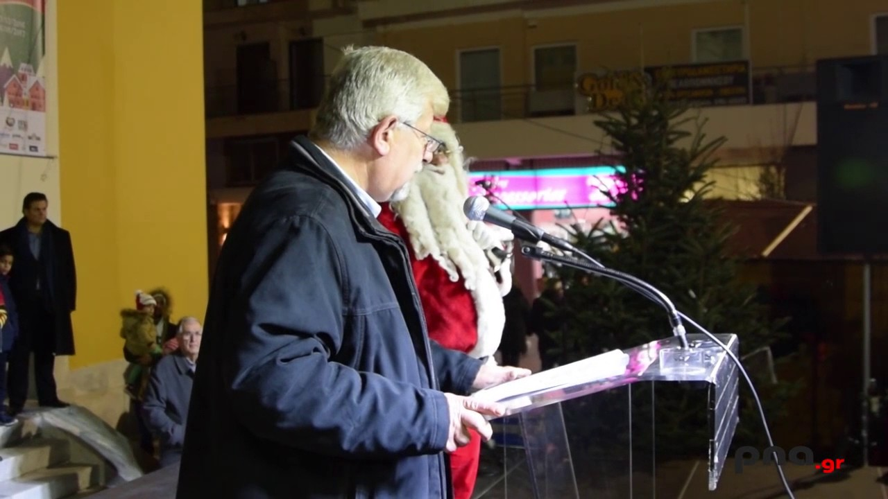 Η στιγμή της φωταγώγησης του χριστουγεννιάτικου δέντρου στην Τρίπολη
