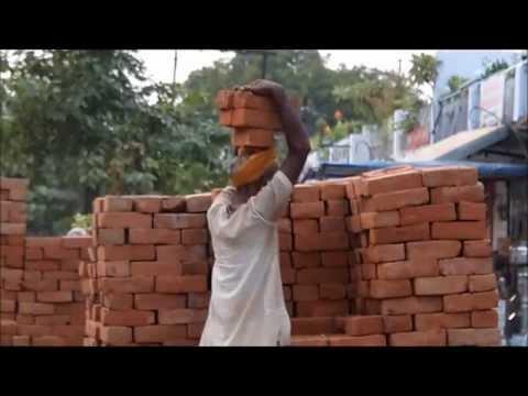 Transport de briques à Khajuraho @Suivez-nous sur le globe