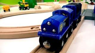Spielzeuge aus Holz - Brio Toys - Die Züge testen die neue Gleisanlage