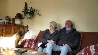 Mann Und Frau Heulen Im Rudel Mit Ridgeback-hündin