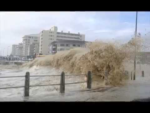 Huge waves in Cape Town,12 meter high waves splash on Cape Town port during mother of all storms