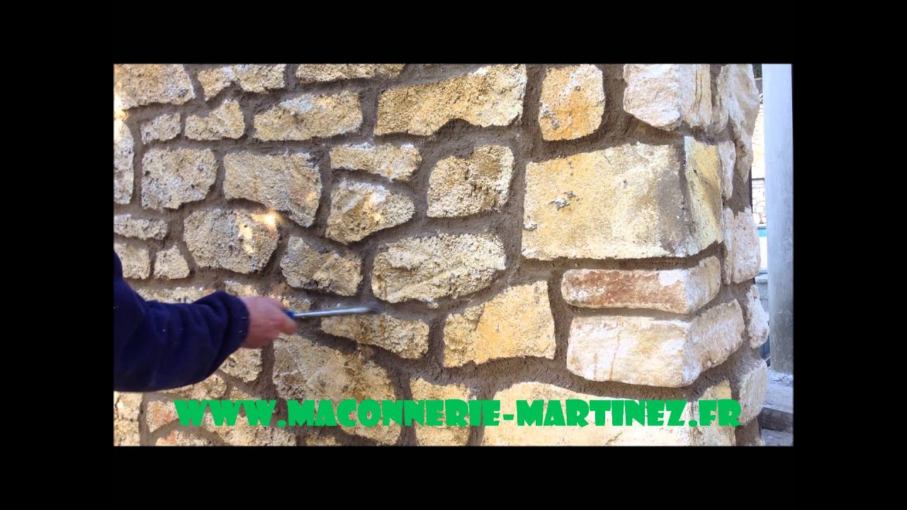 Comment faire mur en fausses pierre et grattage des joints for Maconnerie fenetre
