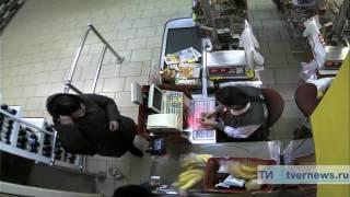 видео В кафе на улице Дианова у посетителя украли сумку с деньгами и документами