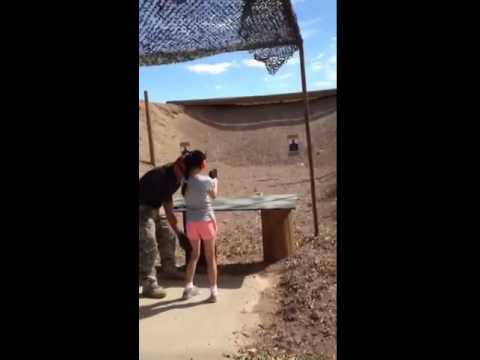 Bé gái 9 tuổi vô tình cướp cò bắn chết người thầy dạy bắn súng