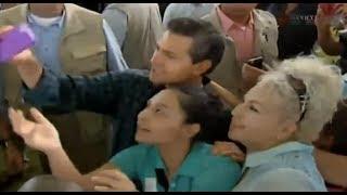 Peña Nieto intenta hacerse un ''selfie'' y deja caer el teléfono. | 22/05/2014
