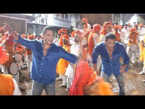 salman-khan's-zabardust-faadu-dancing-on-nasik-dhol-at-ganpati-visarjan-2019-wid-family