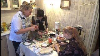 Алёнка и Диана накрывают стол, часть 1-я Вечерний чай с селёдкой.