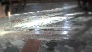 Entrando nella Basilica dei Santi Maria e Donato a Murano