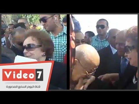 اليوم السابع : مواطنون يقبلون يد جيهان السادات أثناء وضع إكليل زهور على قبر السادات