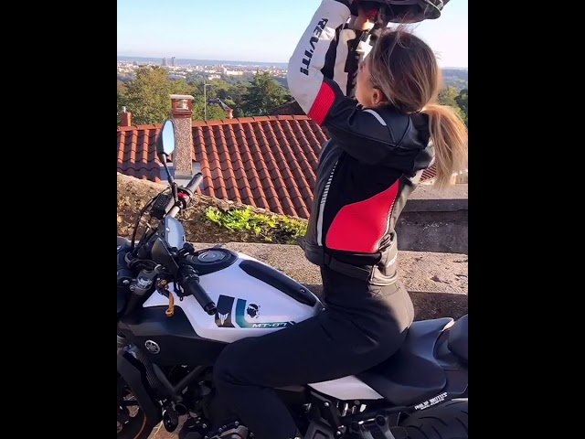 Emilia Dobrev removing her helmet on her Yamaha MT-07 in Saint-Cyr-au-Mont-d'Or (October 2019)