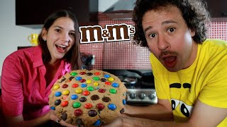 Intentamos hacer una GALLETA GIGANTE de M&M's 🍪🍫