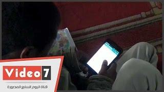 الفيس بوك و الواتس آب يشغلان المصلين فى صلاة الجمعة بالجامع الأزهر