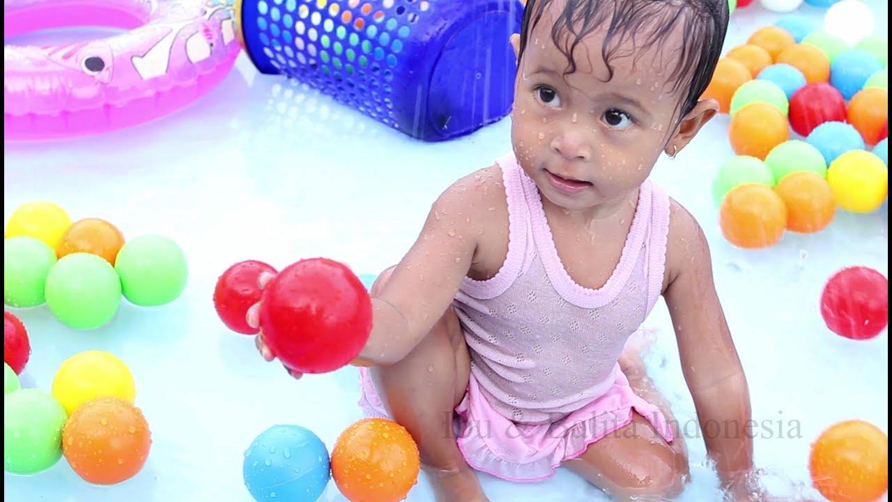 Bayi lucu bermain bola di kolam sambil belajar warna- baby ball pit show -  learning colors 6bc4e314cd