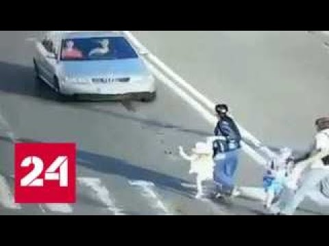 Пьяный водитель сбил семью на переходе и врезался в трамвай в Киеве