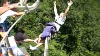 Horrible! Bungee jump rope breaks and the man fell.