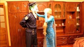 Полиция Джокер против Человека паука и замороженной Эльза Холодное Сердце в тюрьме.