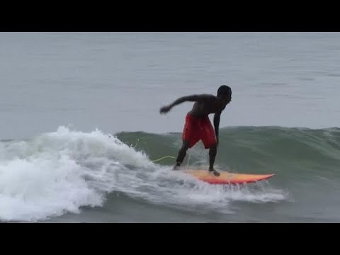 Young people patronize Liberia's surfing school [no comment]