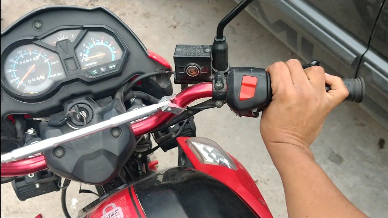 Porque la luz de mi moto alumbra menos cuando acelero