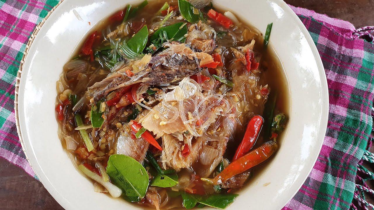 แกงปลาย่างใส่วุ้นเส้น หอมๆ แซ่บๆ รสจัดๆ ซดน้ำโล่งคอ Red curry with grilled fish and glass noodles.