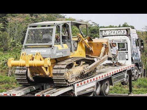 Big Dozer Moved By Quester Self Loader Truck Komatsu D85E-SS