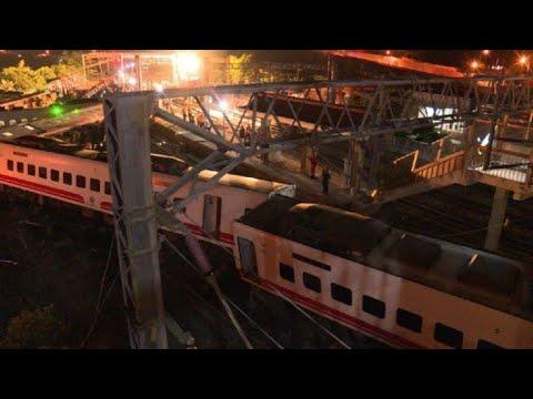 afpes: Decenas de muertos en descarrilamiento de un tren en Taiwán