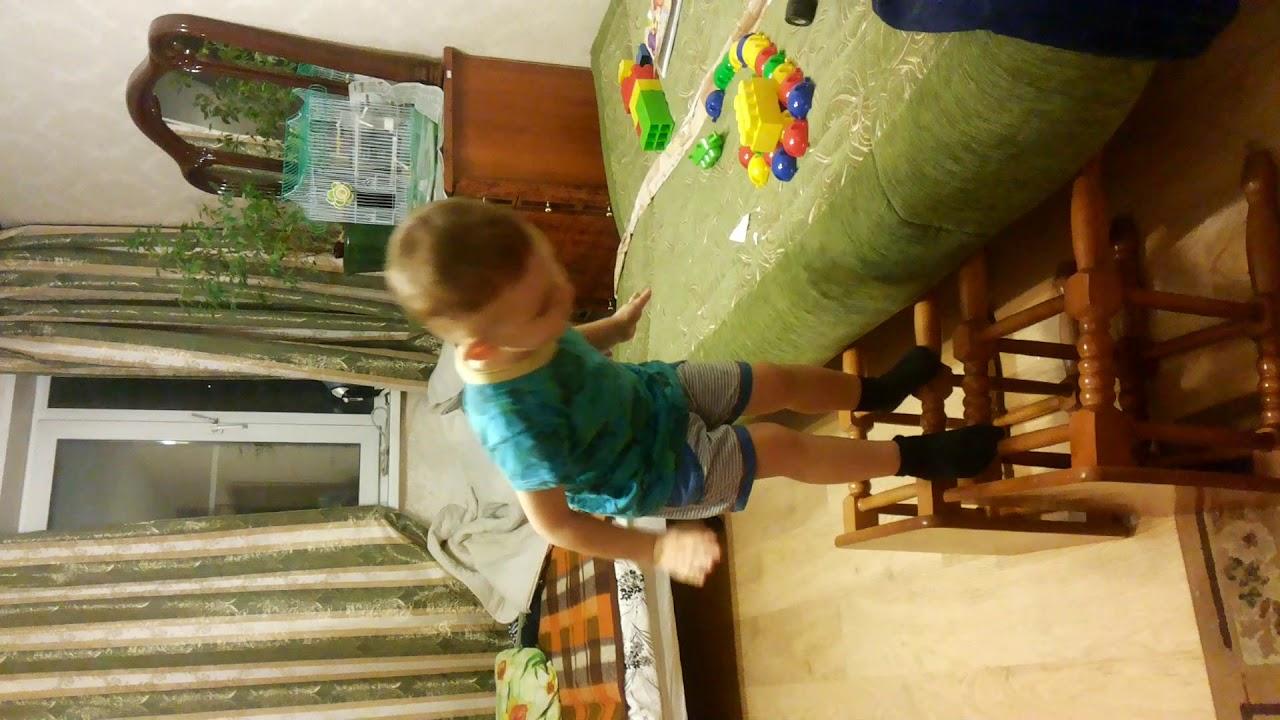 Никита прыгает со стульев